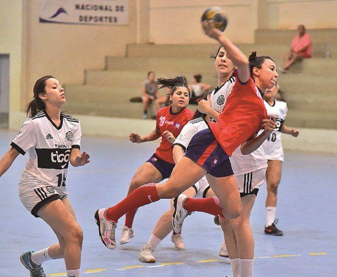 Define. Paula Fernández finaliza una jugada con un gol.