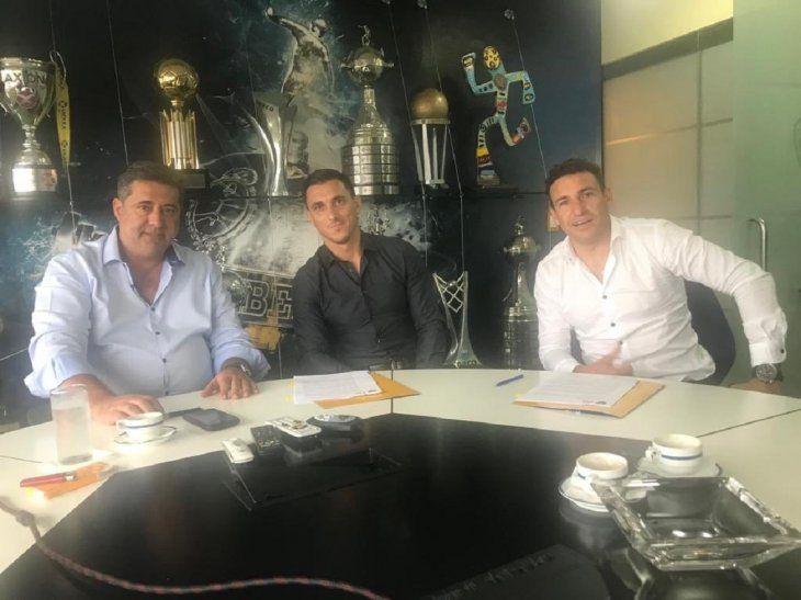 Burdisso junto a Angelici durante la firma del contrato.