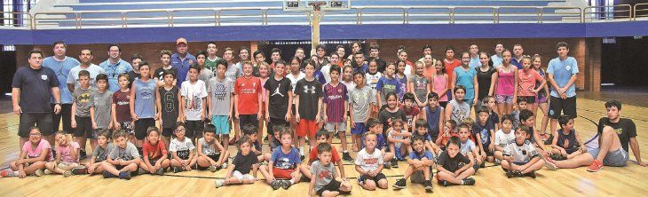 Equipo completo. Un centenar de chicos participan del Campus de Tecnificación e Iniciación en básquet del Deportivo San José bajo la supervisión de 11 profesionales en el León Coundou.