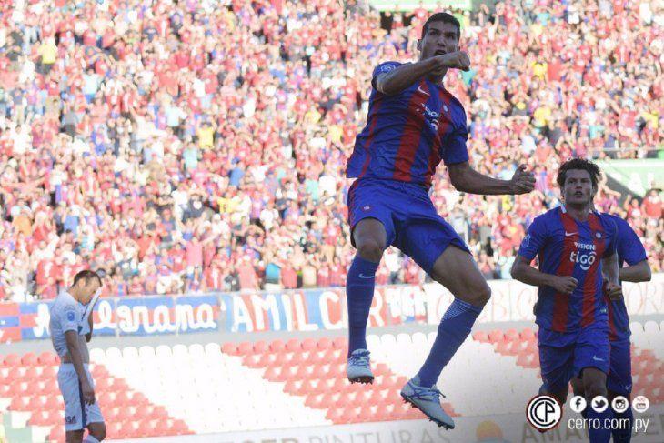 Marcos Cáceres celebra un gol con el Ciclón.