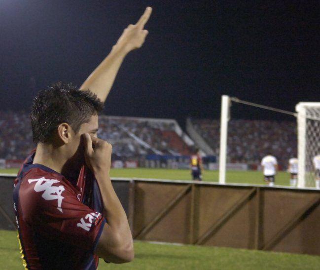 Juan Manuel Iturbe celebra un gol con Cerro en la antigua Olla.