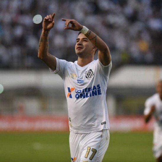 Derlis González celebra un gol con el Santos.
