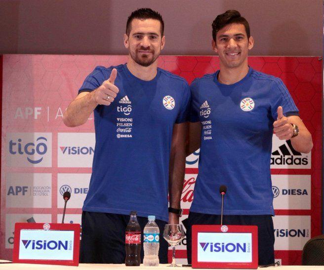El portero Antony Silva posa con el defensor Fabián Balbuena.