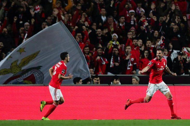 Jugadores del Benfica celebran un gol.