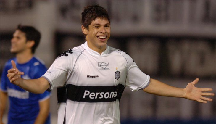 Rodrigo Rojas festeja un gol con la camiseta de Olimpia.