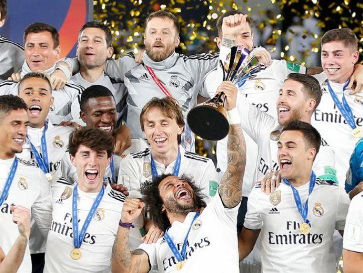 Jugadores del Real Madrid levantan el trofeo del Mundial de Clubes.