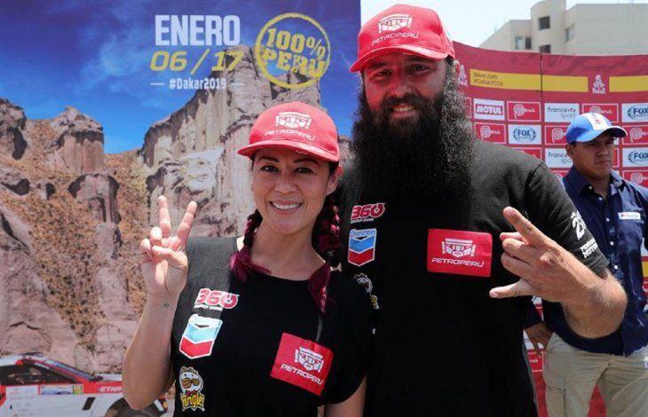 Fernanda Kanno (i) y su copiloto para este Dakar