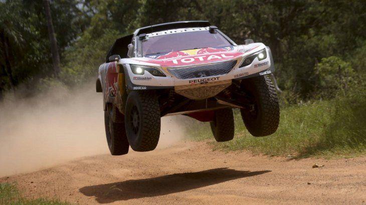 Imagen del auto deCarlos Sainz en un Dakar.