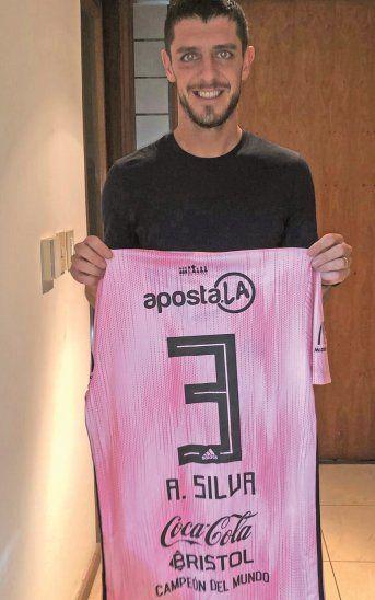 Alejandro Silva posa con la camiseta que le regaló el presidente Marco Trovato.