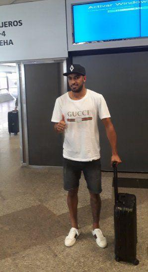El futbolista llegó al país para fichar por Olimpia.