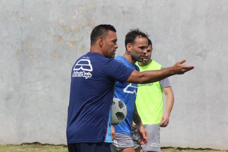 Fernando Gamboa dirige la práctica tricolor.