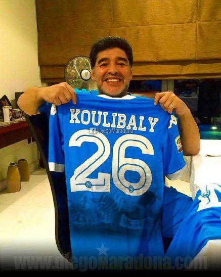 Diego Maradona mostrando la camiseta de Koulibaly.
