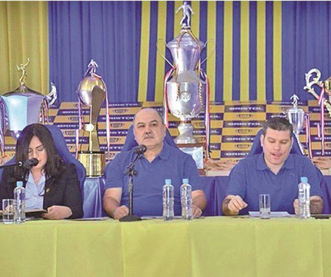 Informativa. Cáceres (centro) presidiendo la asamblea.