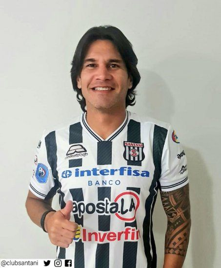 Guillermo Beltrán luciendo la camiseta de Santaní durante su presentación.