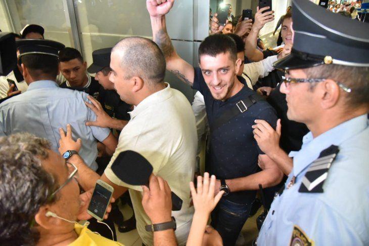 Alejandro Silva durante su arribo al país.