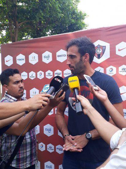 Roberto Nanni charlando con los medios en la mañana de este viernes.