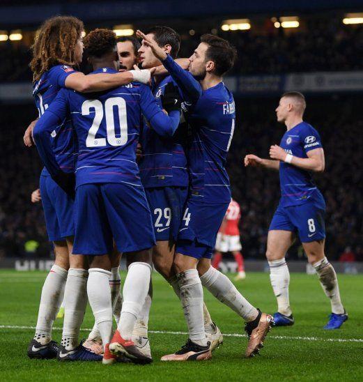 Los jugadores del Chelsea celebran uno de los goles de Álvaro Morata.