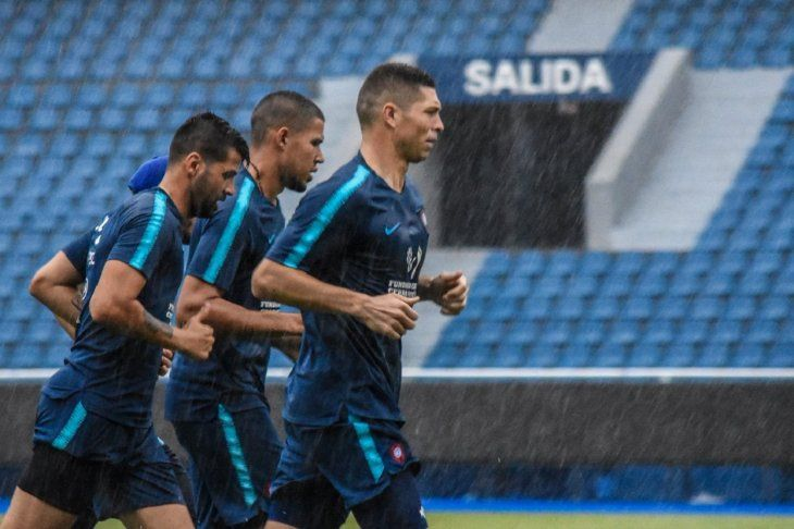 Grupal. Los jugadores de Cerro Porteño realizan trotes alrededor del campo de juego.
