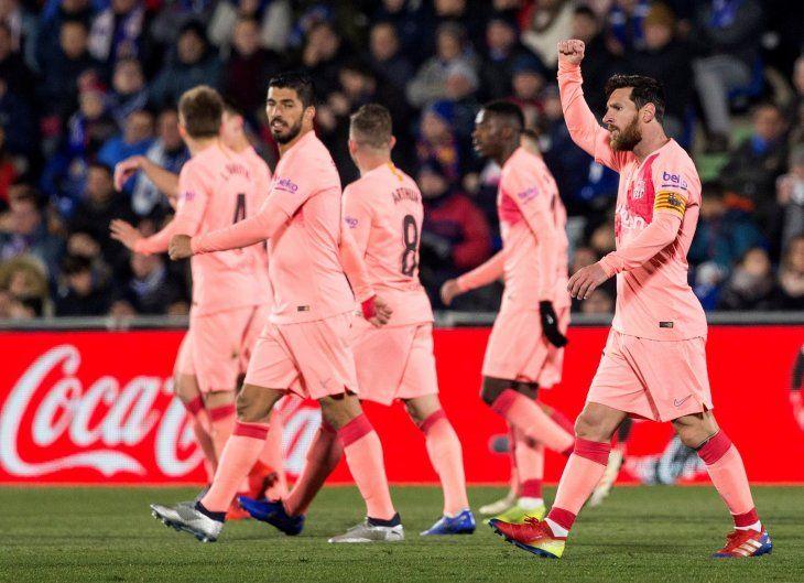 Messi y Suárez alivian la angustia del Barcelona en Getafe