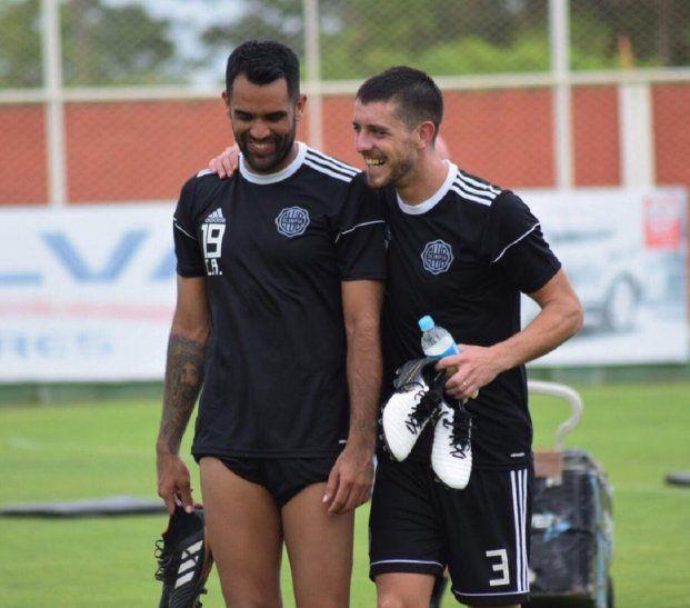 Alejandro Silva (derecha) abraza a Carlos Rolón durante un entrenamiento franjeado.
