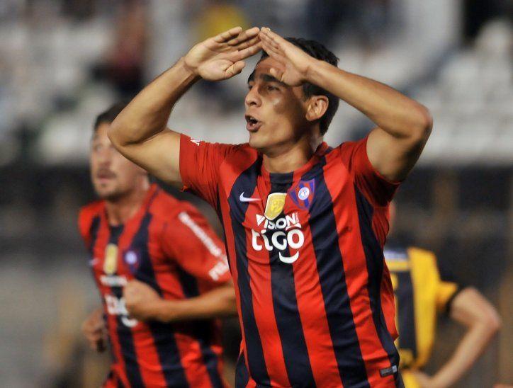 Junior Alonso celebra un gol con la camiseta de Cerro Porteño.