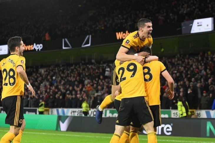 La alegría de los muchachos delWolverhampton tras quedarse con la victoria ante el Liverpool.