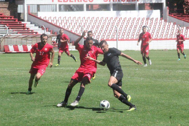 Édgar Benítez intenta superar la marca de un defensor de River Plate.