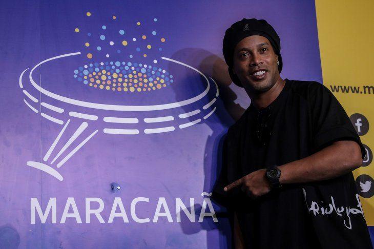Ronaldinho recibe homenaje en Maracaná y pasa a ser parte de su paseo de fama.