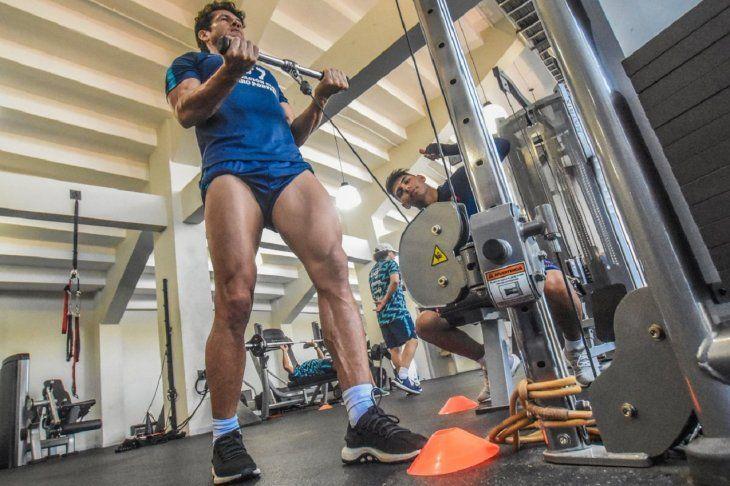 Nelson Haedo y Santiago Arzamendia entrenan en el gimnasio.