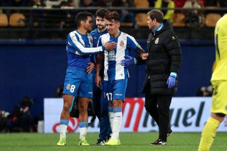 Hernán Pérez siendo retirado por una lesión en la rodilla.