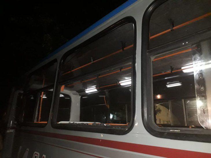 Así quedó el bus de Caacupé tras recibir los piedrazos.
