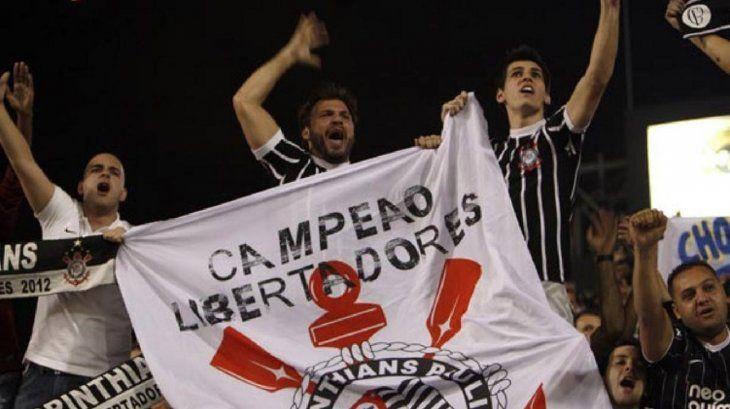 Corinthians se rebela contra prohibición de banderas grandes en estadios.