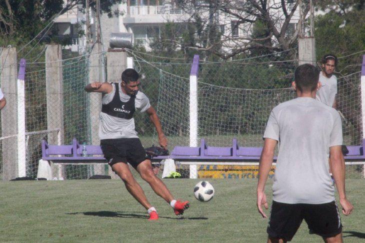 Óscar Cardozo saca un disparo con su zurda de oro.