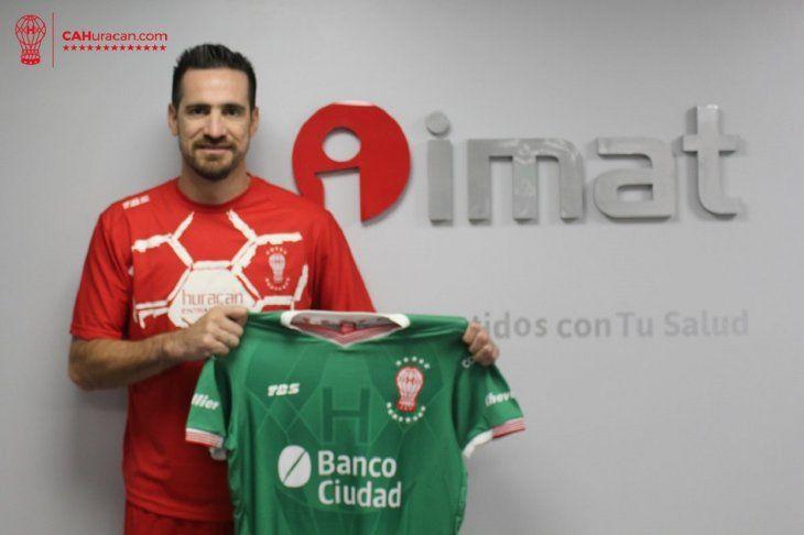Antony Silva ya posa con la camiseta de Huracán.