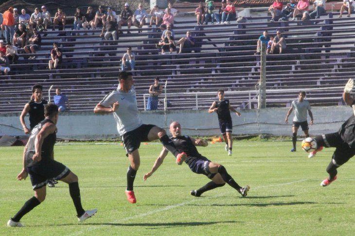 Tacuara Cardozo marcó uno de los goles del Gumarelo en el primer partido.