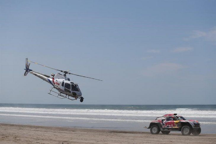 Peterhansel conduce su Mini durante la quinta etapa del RallyDakar.