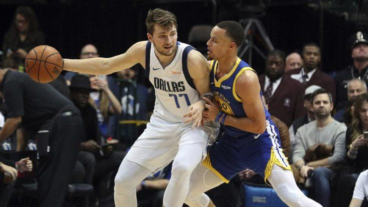 Curry brilla ante los Mavericks de Dallas.