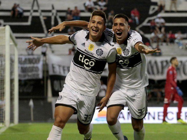 Guillermo Paiva (d) celebra con Jorge Colmán.