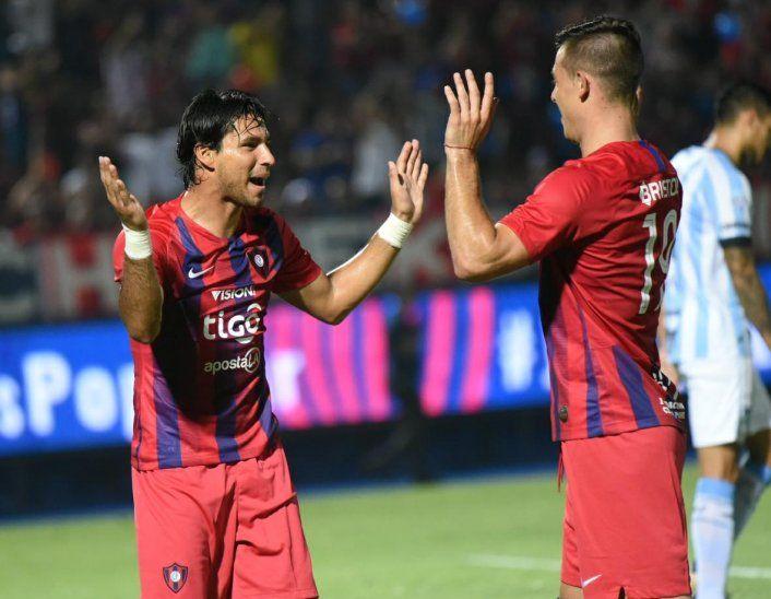 Jorge Benítez festeja su gol con Diego Churín.