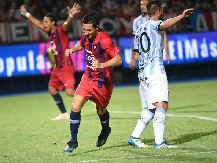Óscar Ruiz celebra la anotación de un gol.