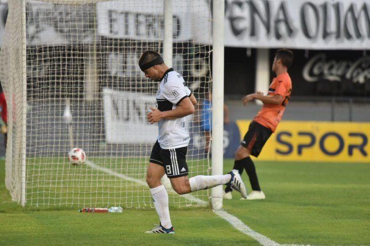 Rodrigo Rojas celebra un gol marcado ante General Díaz.