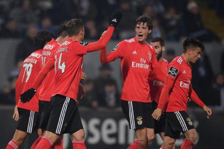 Jugadores del Benfica celebra la anotación del equipo.
