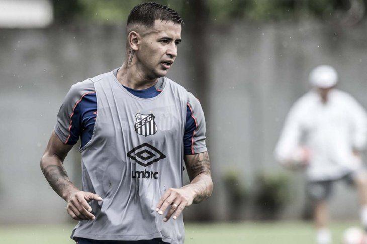 Derlis González negocia su salida del Santos de Brasil.