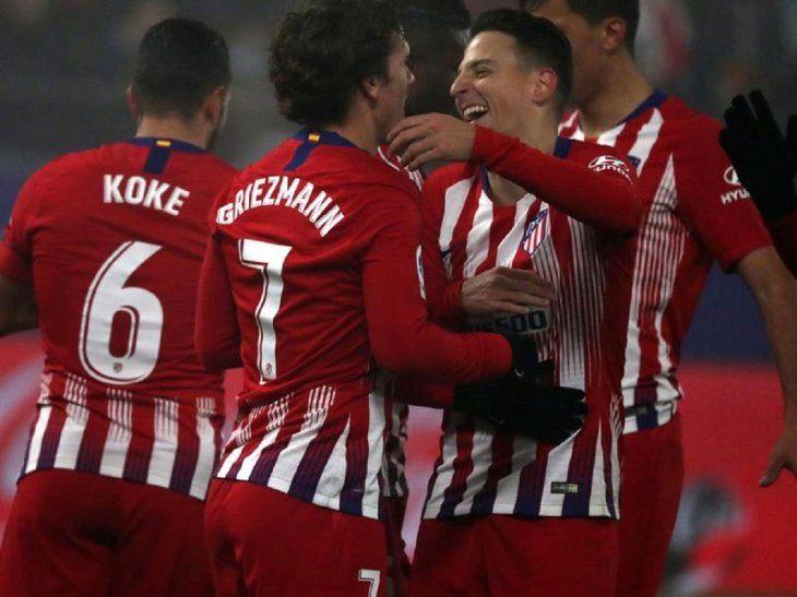 Jugadores del Atlético de Madrid celebran la anotación de un gol.
