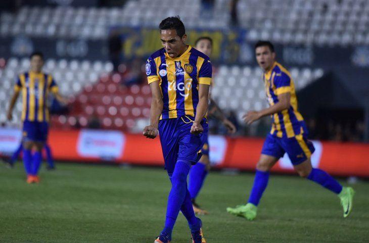 Alexis Rojas grita un gol con Luqueño.