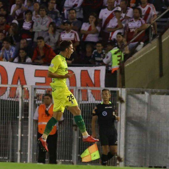 Matías Rojas celebra el gol marcado a River Plate.