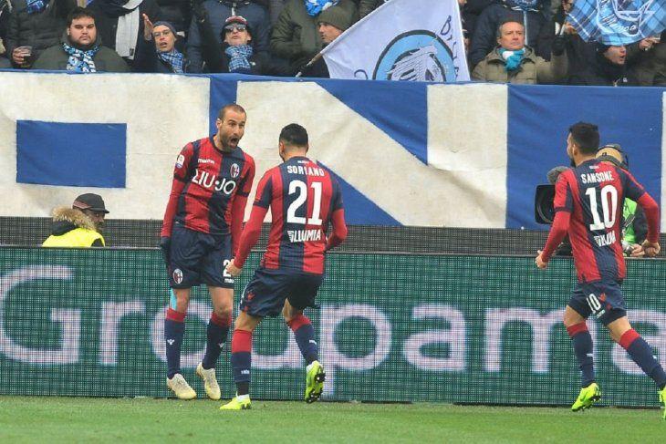 Palacio celebra su gol con sus compañeros.