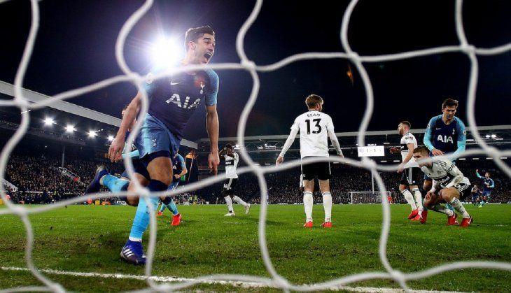 Harry Winks festejando el gol de la victoria del Tottenham en el último minuto.