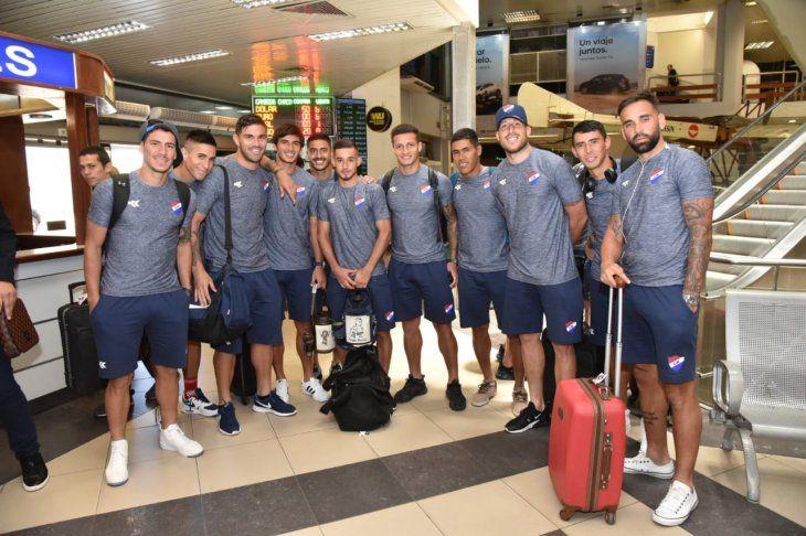 Parte de la delegación de Nacional en el aeropuerto Silvio Pettirossi.