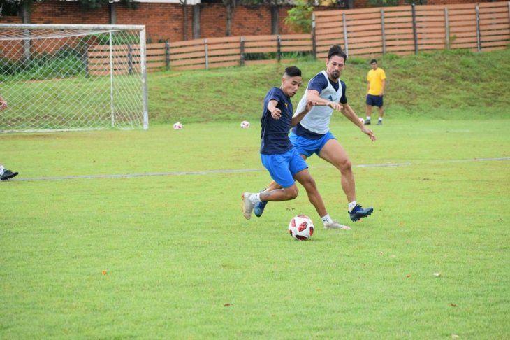 Experiencia y juventud. Alexis Rojas protege el balón ante la marca de Jonathan Santana.
